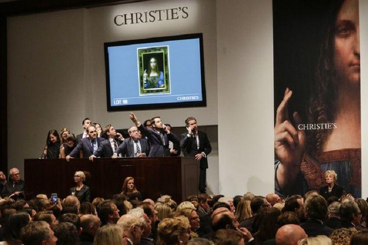 Para agen berbicara dengan kliennya di telepon untuk menawar karya Leonardo da Vinci berjudul Salvator Mundi. Pada akhirnya, karya ini terjual 450,3 juta dollar AS atau Rp 6,08 triliun.