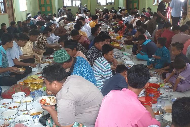 Tradisi Makan Bajambau di Dusun Jawi-Jawi Desa Koto Perambahan, Kecamatan Kampa, Kabupaten Kampar, Riau,  Jumat (3/5/2019),  dalam rangka menyambut bulan suci ramadhan.