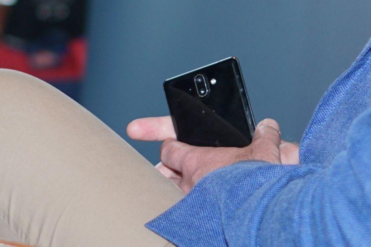 Ponsel diduga Nokia 9 di tangan seorang petinggi HMD Global saat peluncuran Nokia 8 di Jakarta, Selasa (13/2/2018).
