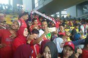 Tonton Timnas U-16, Menpora Dicubit dan Diajak Swafoto oleh Suporter
