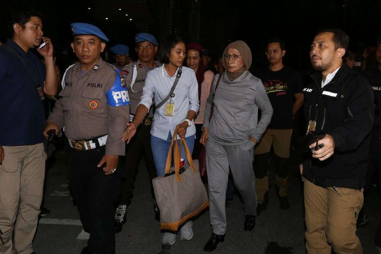 Mantan anggota Tim Kampanye Prabowo-Sandiaga Ratna Sarumpaet digelandang ke Mapolda Metro Jaya, Jakarta Selatan, Kamis (4/10/2018) malam. Ia diamankan di Bandara Soekarno Hatta, Tangerang.