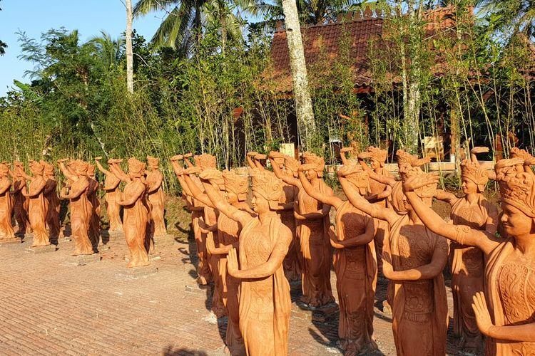 Barisan patung penari Gandrung di Taman Gandrung Terakota