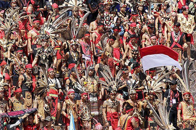 Bendera Merah Putih dikibarkan dalam acara pembukaan Pekan Gawai Dayak XXXII di Pontianak, Kalimantan Barat, Sabtu (20/5/2017). Acara itu mengusung tema Meningkatkan Toleransi dalam Keberagaman.