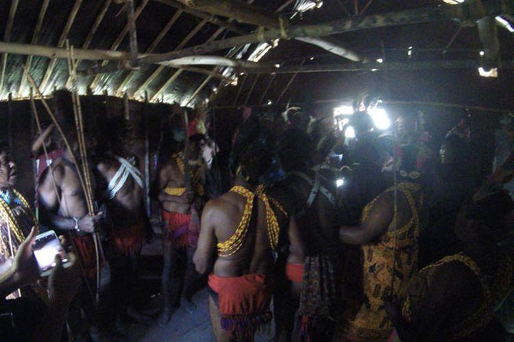 Suku Arfak berada di rumah tradisional, Rumah Kaki Seribu di Distrik Menyambouw, Kabupaten Pegunungan Arfak, Papua Barat, Kamis (16/8/2018). Sebelumnya, Suku Arfak melakukan Tarian Tumbuk Tanah menyambut kedatangan tim Ekspedisi Bumi Cenderawasih Mapala UI.