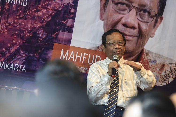 Mantan Ketua Mahkamah Konstitusi Mahfud MD memberikan pandangannya pada Bincang Millenial bersama Mahfud MD, di Jakarta, Senin (15/4/2019). Dalam acara tersebut Mahfud MD mengajak para generasi millenial menggunakan hak pilihnya pada Pemilu yang diselenggarakan 17 April mendatang. ANTARA FOTO/Muhammad Adimaja/ama.