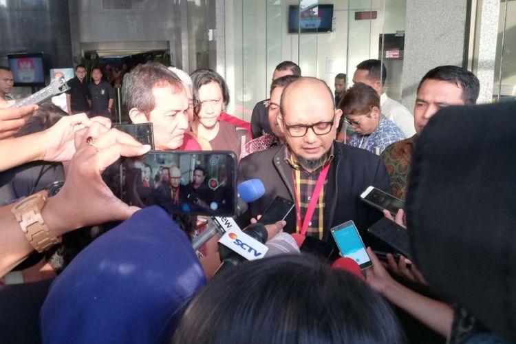 Wakil Ketua KPK Saut Situmorang (kiri) mendampingi Penyidik Senior KPK Novel Baswedan di gedung KPK, Jakarta, Rabu (11/4/2018). Pada hari ini, kasus penyiraman air keras terhadap Novel genap satu tahun.