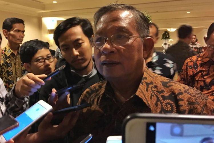 Menteri Koordinator Bidang Perekonomian Darmin Nasution usai melaksanakan sosialisasi pelaksanaan online single submission (OSS) di Hotel Borobudur, Jakarta Pusat, Jumat (29/6/2018).