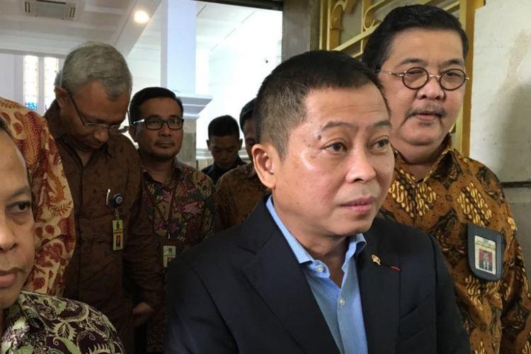 Menteri Energi dan Sumber Daya Mineral (ESDM) Ignasius Jonan bersama sejumlah petugas pajak usai melaporkan Surat Pemberitahuan Tahunan (SPT) pajak tahun 2017 di kantor ESDM, Jakarta Pusat, Selasa (6/3/2018).