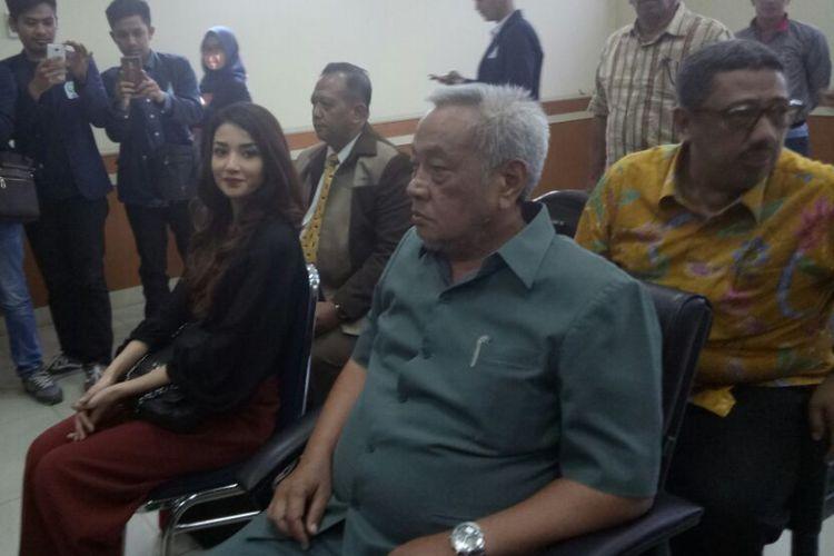 Tsania Marwa diabadikan sebelum sidang lanjutan perceraiannya dengan Atalarik Syah di Pengadilan Agama Cibinong, Bogor, Jawa Barat, Selasa (11/7/2017)