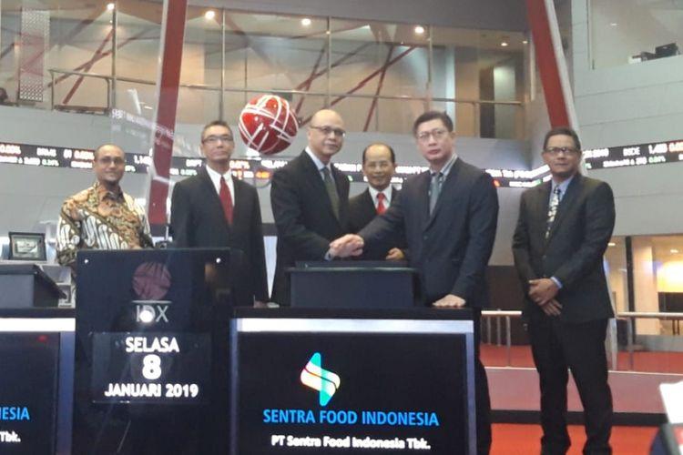 Jajaran Direksi dan Komisaris PT Sentra Food Indonesia ketika mencatatkan saham di Bursa Efek Indonesia, Selasa (8/1/2018).