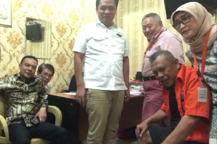 Tersangka kasus dugaan makar Eggi Sudjana (berbaju oranye baju seragam tahanan) bersama anggota Komisi 3 DPR RI, Sufmi Dasco, terekam dalam sebuah video yang diterima Kompas.com dari advokat Damai Hari Lubis.