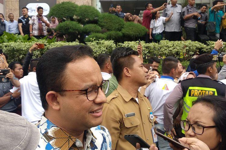 Gubernur DKI Jakarta Anies Baswedan usai mencoba kereta MRT bersama Presiden Joko Widodo di Stasiun Bundaran HI, Selasa (19/3/2019).