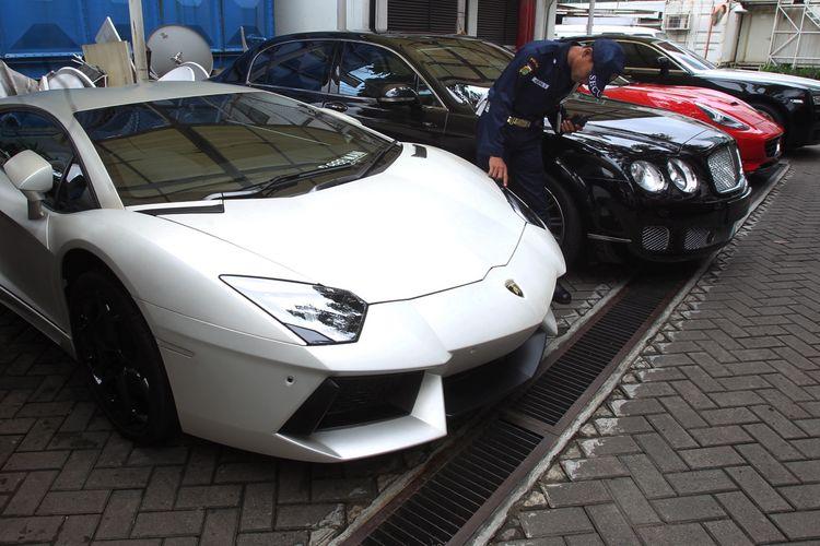 Empat mobil mewah, yaitu Rolls-Royce, Bentley, Ferrari, dan Lamborghini Aventador, disita Komisi Pemberantasan Korupsi, Jakarta, Selasa (28/1/2014). Penyitaan ini terkait pengusutan kasus korupsi dan tindak pidana pencucian uang dengan tersangka Tubagus Chaeri Wardana alias Wawan.  *** Local Caption *** Mobil Mewah Sitaan - Sebanyak lima buah mobil mewah di sita Komisi Pemberantasan Korupsi (KPK), Jakarta, Selasa (28/1) Mobil mewah iini di sita dari tersangka Wawan terkait kasu dugaan korupsi. Mobil mewah tersebut antara lain mobil mewah seperti Lamborghini, Ferari, Bentley, dan Roll Royce.