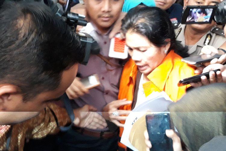 Hakim adhoc pada Pengadilan Tindak Pidana Korupsi Medan, Merry Purba resmi menjadi tahanan Komisi Pemberantasan Korupsi (KPK). Merry ditahan setelah diperiksa dan ditetapkan sebagai tersangka di Gedung KPK Jakarta, Rabu (29/8/2018).