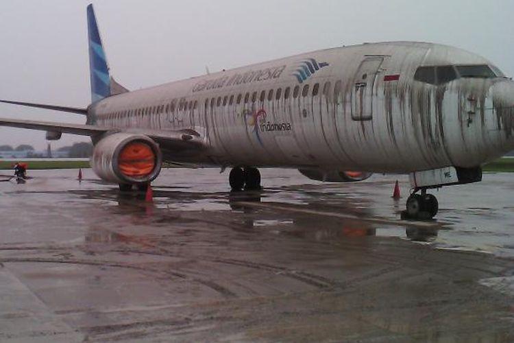 Pesawat B737-800 Garuda Indonesia yang terpapar abu vulkanik Gunung Kelud, Februari 2014 di Bandara Adisutjipto, Yogyakarta. Penerbangan ditutup.