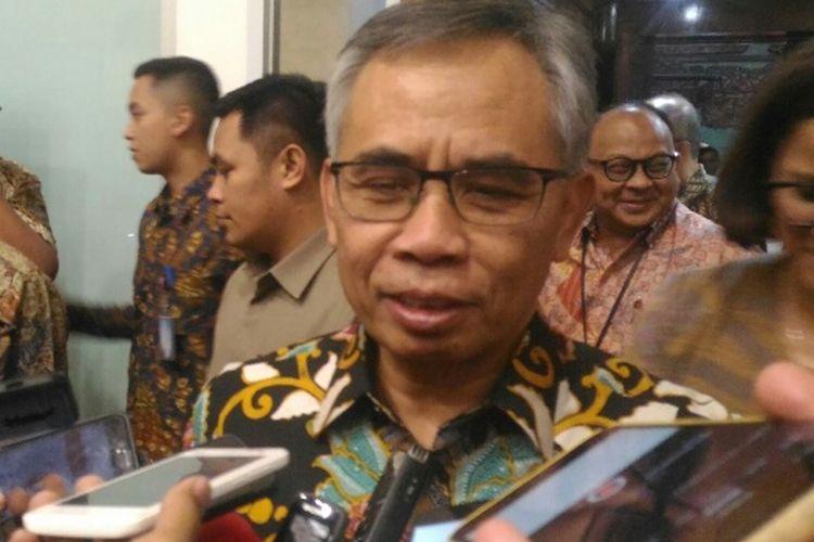 Ketua Dewan Komisioner OJK Wimboh Santoso selepas Raker dengan Komisi XI, di Gedung Nusantara I, Jakarta, Rabu (11/4/2018).