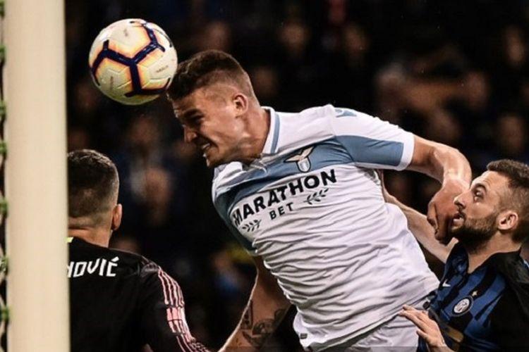 Sergej Milinkovic-Savic menyundul bola pada pertandingan Inter Milan vs Lazio di Stadion Giuseppe Meazza dalam lanjutan Serie A Liga Italia, 31 Maret 2019.