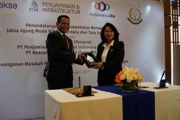 Penandatanganan kerja sama antara Kejaksaan Agung dengan Danareksa, Indonesia Re, dan PT Penjaminan Infrastruktur Indonesia, Senin (14/1/2019).