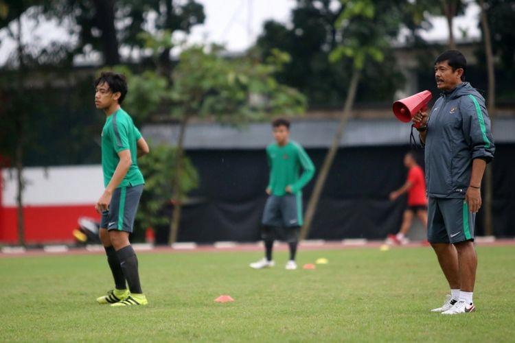 Pelatih timnas U-18, Indra Sjafri, saat memimpin latihan tim nasional U-18 di Stadion Atang Sutresna, Cijantung, Jakarta Timur, Selasa (3/4/2017). Timnas U-18 di persiapkan untuk mengikuti Piala AFF di Myanmar pada 4-17 September 2017.