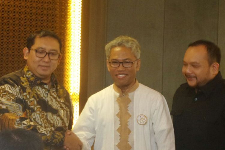 Terdakwa kasus dugaan pelanggaran UU ITE Buni Yani (kanan) bertemu Wakil Ketua DPR RI Fadli Zon di Kompleks Parlemen, Senayan, Jakarta, Kamis (2/11/2017).