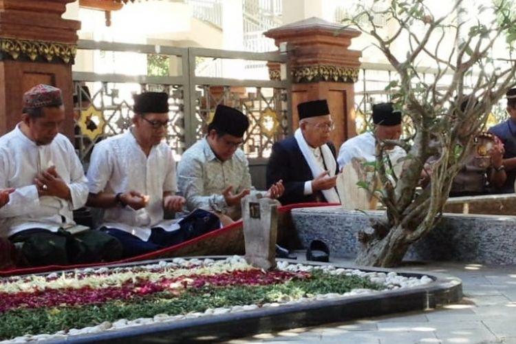 KH. Maruf Amin dan rombongan, bersama pengurus dan pengasuh Pesantren Tebuireng, Jombang, Jawa Timur, memanjatkan doa tawassul dan tahlil di makam pendiri NU, KH. Hasyim Asyari, Senin (3/9/2018).