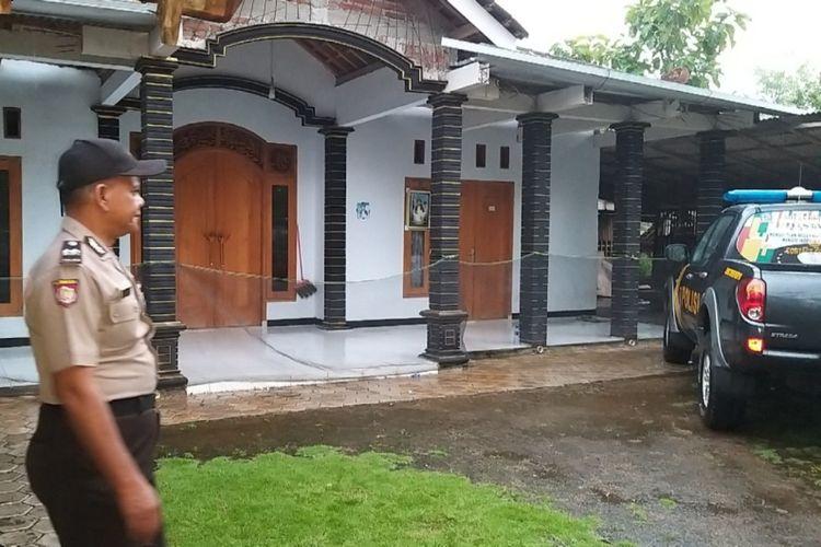 Anggota Polsek Badegan turun ke rumah Katimun, tokoh yang diduga menyebarkan ajaran isu kiamat sehingga 52 warga Desa Watu Bonang, Kecamatan Badegan, Kabupaten Ponorogo pindah ke Kabupaten Malang, Rabu (13/3/2019) sore.