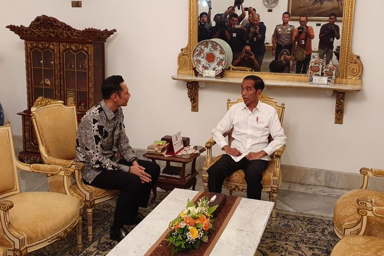 Presiden Joko Widodo dan Komandan Kogasma Partai Demokrat Agus Harimurti Yudhoyono di Istana Merdeka, Jakarta, Kamis (2/5/2019). (KOMPAS.com/Ihsanuddin)