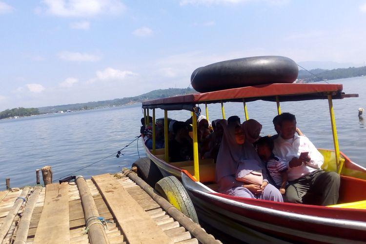 Para wisatawan naik perahu keliling untuk menikmati panorama Waduk Darma, Senin (10/06/2019).
