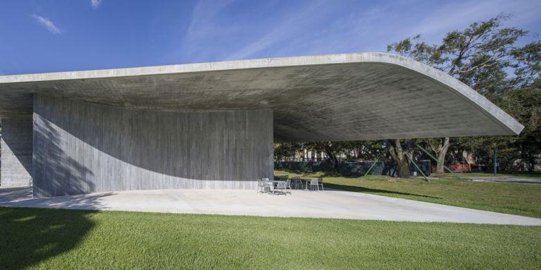 Bentuk atap beton yang melengkung juga menunjukkan elastisitas beton dalam bangunan