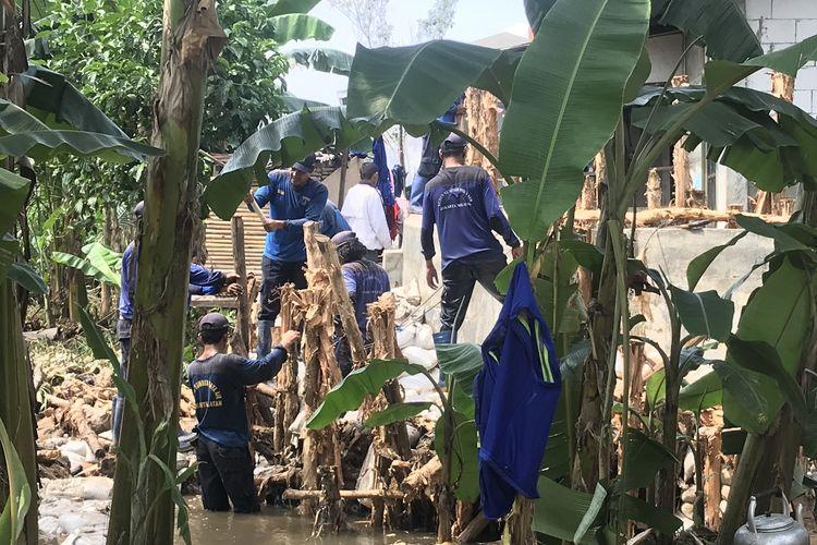 Tanggul Jatipadang yang jebol dan mengakibatkan banjir di RT 003 RW 006 Kelurahan Jatipadang, Minggu (31/3/2019) sedang dibenahi sementara oleh petugas Sudin SDA Jakarta Selatan.