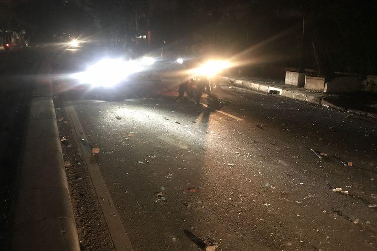 Arus lalu lintas di Jalan KS Tubun, Petamburan, Jakarta Barat sudah dibuka menyusul redanya kericuhan antara massa dengan petugas kepolisian, Kamis (23/5/2019).  Dalam pantauan Kompas.com jalan dibuka sejak pukul 00.45 WIB.