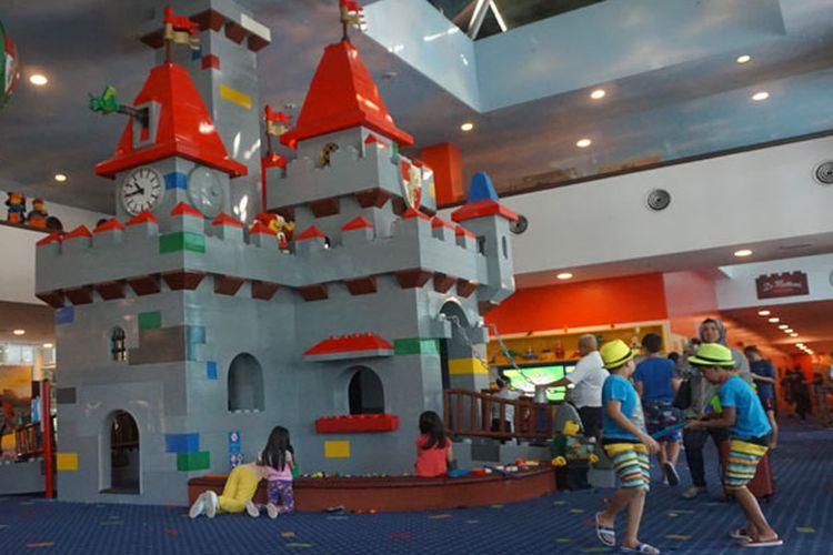Anak-anak bermain di lobi Hotel Legoland, Legoland Malaysia Resort, Johor Bahru, Malaysia, Sabtu (29/6/2019).