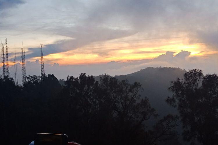Momen matahari terbit di Kawasan Bromo Tengger, Puncak Pananjakan, di Desa Wonokitri, Kecamatan Tosari, Kabupaten Pasuruan, Jawa Timur, saat dini hari sebelum matahari terbit, Sabtu (21/4/2018).