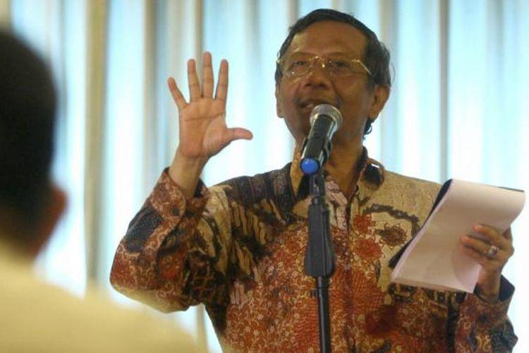 Mantan Ketua Mahkamah Konstitusi (MK), Mahfud MD menjadi pembicara pada diskusi publik Efektivitas Pemerintahan Jokowi-JK, di Jakarta Pusat, Rabu (27/5/2015). Diskusi ini membahas pemerintahan Jokowi dalam mengantarkan bangsa Indonesia menuju masyarakat yang sejahtera dan berkeadilan.