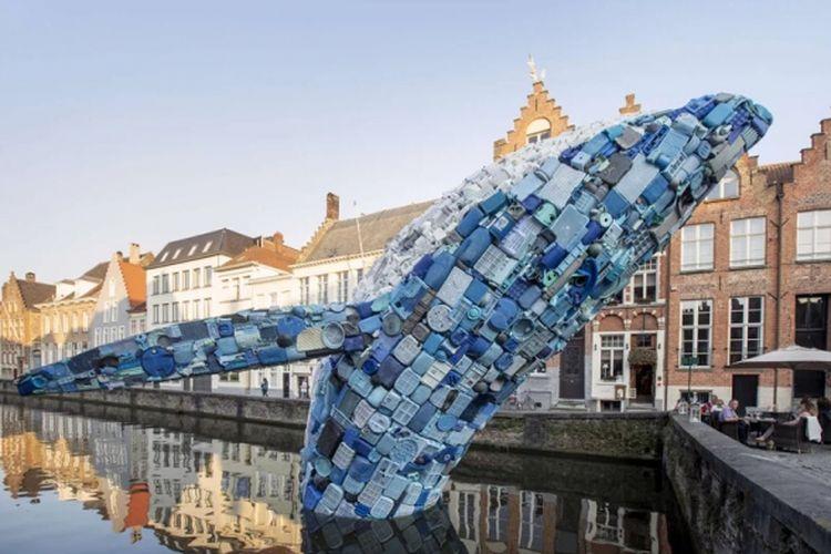 Seekor paus yang terbuat dari limbah plastik.