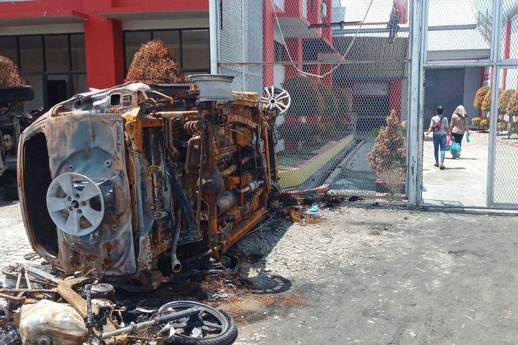 Bangkai kendaraan yang dibakar narapidana saat kerusuhan pada 16 Mei 2019 masih tergeletak di halaman Lapas Narkotika Klas III Langkat, Sumatera Utara, Jumat (24/5/2019)
