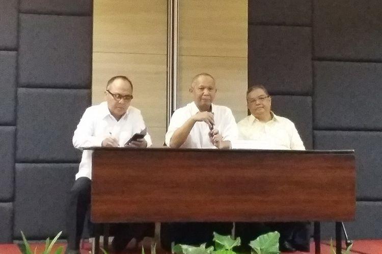 Kepala Badan Pengatur Jalan Tol (BPJT) Herry Trisaputra Zuna (tengah) saat menyampaikan integrasi tarif tol Jakarta Outer Ring Road (JORR) pada Senin (11/6/2018) di Jakarta.