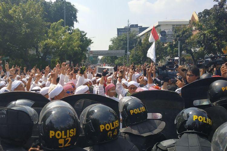 Massa berpakaian putih mendadak memenuhi jalan Wahid Hasyim, Jakarta Pusat dengan tujuan berdemonstrasi di depan Bawaslu pada Rabu (22/5/2019) siang.
