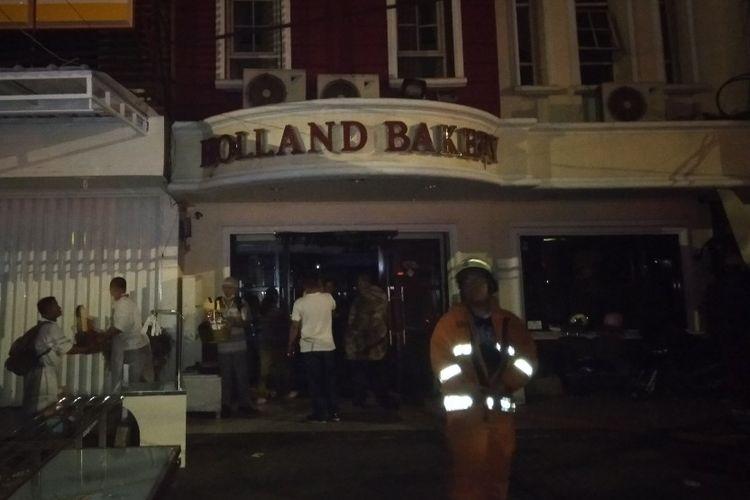 Toko roti Holland Bakery di Jalan Iskandar Muda, Pondok Indah, Jakarta Selatan dilanda kebakaran, Sabtu (18/5/2019) malam.