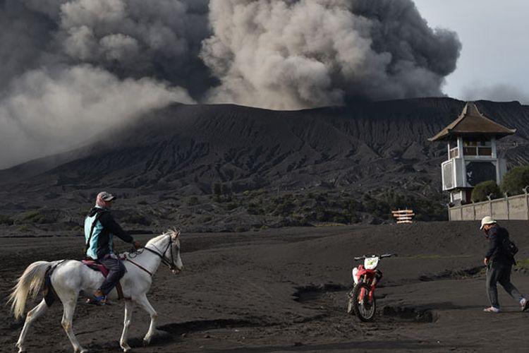 Abu vulkanik menyembur dari kawah Gunung Bromo di Jawa Timur, Jumat (22/3/2019). Meski Gunung Bromo mengalami erupsi secara fluktuatif sejak akhir bulan Februari lalu, aktivitas wisata di gunung yang terletak di empat kabupaten di Jawa Timur tersebut tetap berjalan normal karena hanya menyemburkan abu vulkanik dan pasir, namun demikian wisatawan tetap dilarang untuk mendekat ke kawah dengan radius aman berjarak satu kilometer dari kawah aktif.