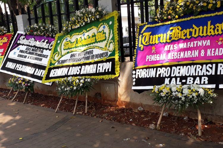 Tampak enam karangan bunga bernada duka cita bersaandar di lokasi rusuh 22 Mei tepatnya di Tembok Kantor Agraria dan Tata Ruang, Jalan KH. Wahid Hasyim, Jakarta Pusat, Sabtu (25/5/2019).