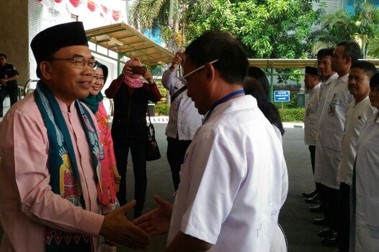 Wali Kota Jakarta Utara Husein Murad saat melepas 123 petugas untuk memeriksa kesehatan hewan-hewan kurban di Jakarta Utara, Kamis (31/8/2017).
