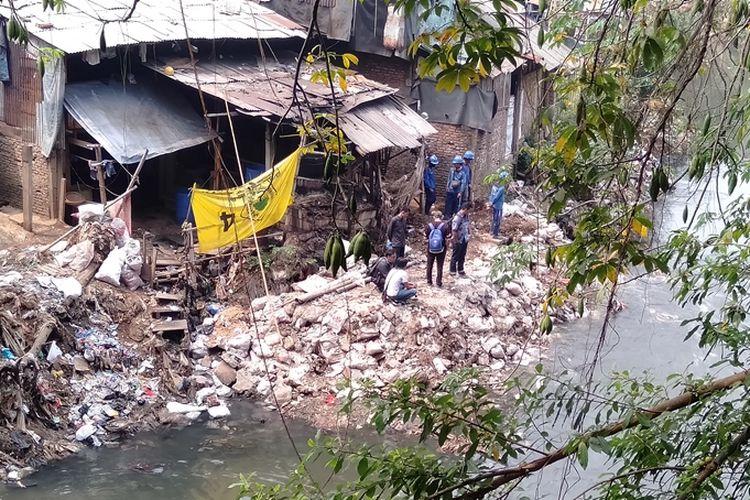Sejumlah petugas Dinas Sumber Daya Air (SDA) DKI Jakarta menyingkirkan material reklamasi Kali Ciliwung yang dilakukan warga di kawasan Jalan Tanah Rendah, Kecamatan Kampung Melayu, Jatinegara, Jakarta Timur, Jumat (16/8/2019).