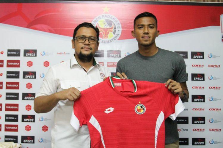 Manager Semen Padang Win Bernardino memperkenalkan Teja Paku Alam di PT KSSP,  Senin (14/1/2019)