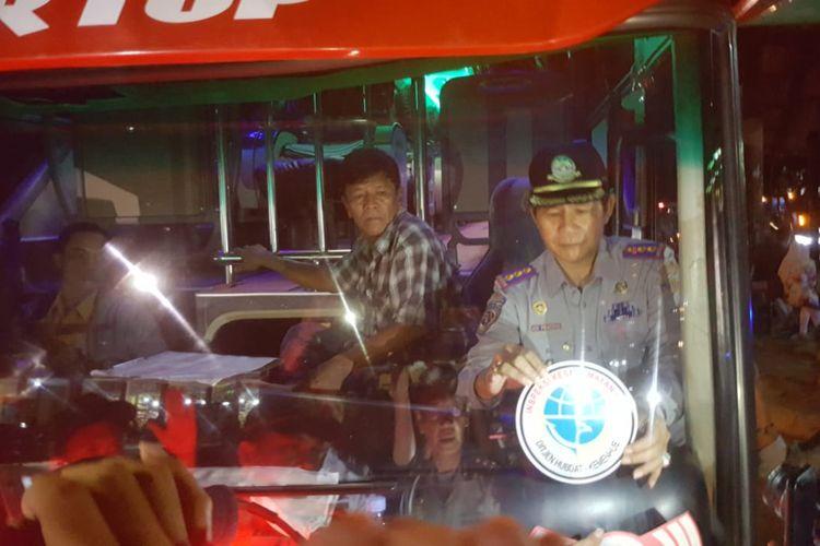 Balai Pengelola Transportasi Darat (BPTD) Wilayah XIX Sulselbar saat mengecek bus yang beroperasi di Terminal Regional Daya Makassar, Sulawesi Selatan pada Rabu (29/5/2019) malam.