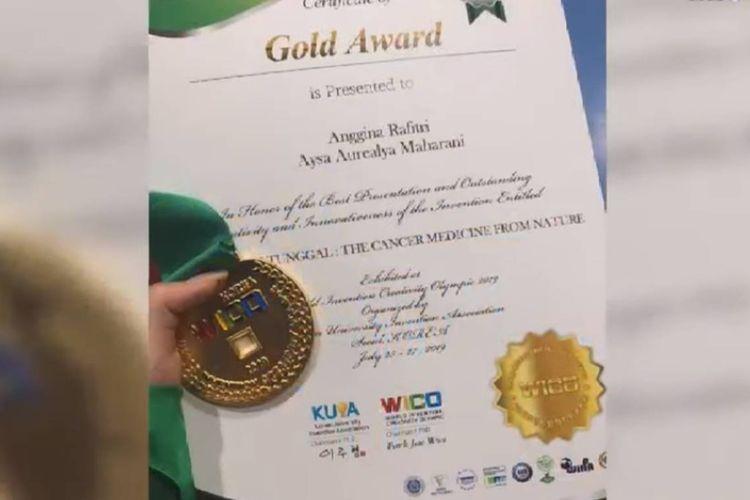 Dua siswa SMAN 2 Palangkaraya meraih juara dunia life sains pada ajang World Invention Olympic (WICO) di Seoul, Korea Selatan. Keduanya melakukan penelitian terhadap kayu Bajakah yang mampu menyembuhkan kanker.