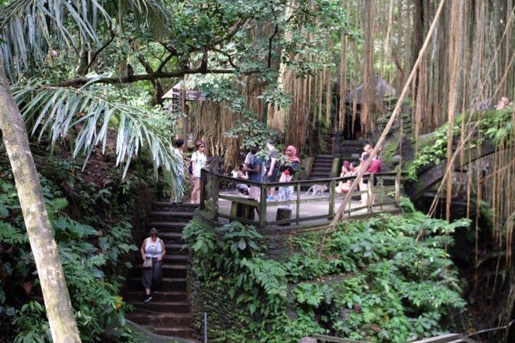 Pura di area Monkey Forest Ubud, Kabupaten Gianyar, Bali, tercatat dibangun pada abad 14.
