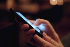 Stop Kebiasaan Angkat Smartphone Tinggi-tinggi untuk Cari Sinyal