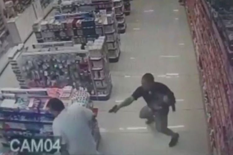 Dalam foto yang diambil dari rekaman CCTV ini terlihat Sersan Rafael Souza melepaskan tembakan ke arah perampok yang tak terekam kamera.