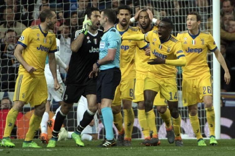 Gianluigi Buffon dan sejumlah pemain Juventus melakukan protes kepada wasit Michael Oliver akan putusan penalti untuk Real Madrid pada laga perempat final Liga Champions di Stadion Santiago Bernabeu, Rabu (11/4/2018).
